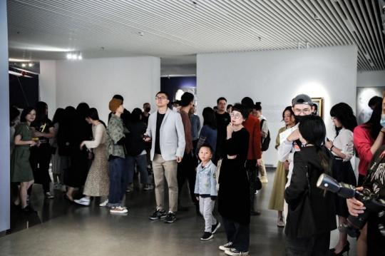 """林林峰个展 """"正午的分界""""开幕  呈双重身份的审视和思考"""