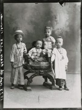 G.R. 兰伯特公司 《海峡华人儿童的照相馆肖像》玻璃底片印刷品 1910(图片由新加坡国家博物馆、国家文物局提供)