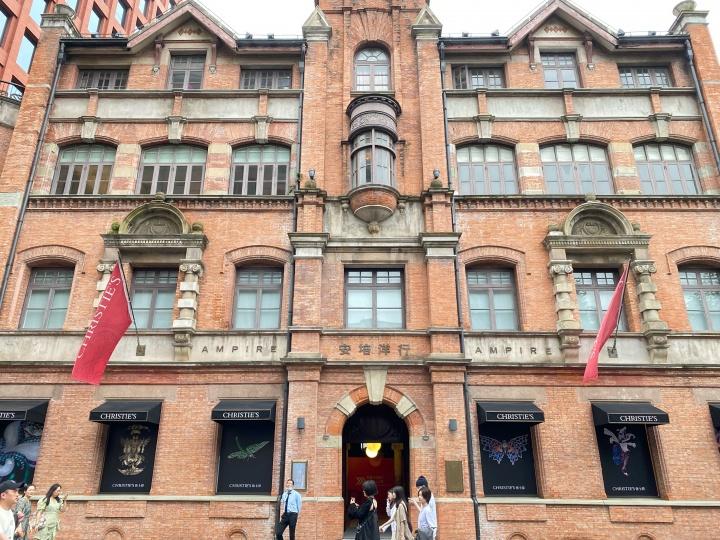 佳士得上海艺术空间,外墙上已贴好陈世英展览海报(摄影:胡伟爔)