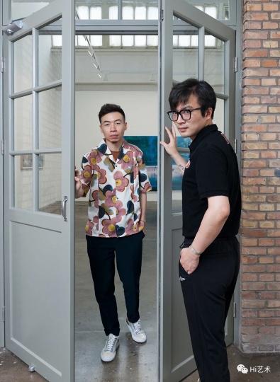 艺术家刘海辰(左)与策展人王将(右)(摄影:董林)