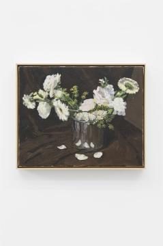 """葛宇路《鲜花》40×50cm 布面丙烯、木框、黄铜片上刻字 2021 【7月19日 鲜花】参加朋友婚礼,铺天盖地的鲜花装饰着每一个角落,仪式结束后,这些花似乎就成了垃圾,我就顺手拿了一把花回家当静物画。想想他们和昨天的垃圾桶在画布上确实也没啥区别。正巧家里没有花瓶,就把花都装在了不锈钢桶里。视觉上花画起来还是比垃圾""""好看"""",且花更容易辨认,颜色也更鲜艳,笔法更轻盈。而垃圾则沉重了得多,得在一种扭曲的外形下努力将其辨认并描绘回来。画完以后两者一对比,后者还是更容易激起视觉层面传统的愉悦感。"""