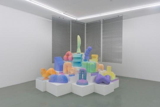 《雕塑_00》丙烯,高密度泡沫,百叶窗,五彩亚克力盒子2017