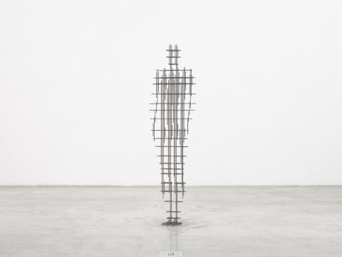 安东尼·葛姆雷 《组 VI》 195×51.5×33cm 铸铁 2020
