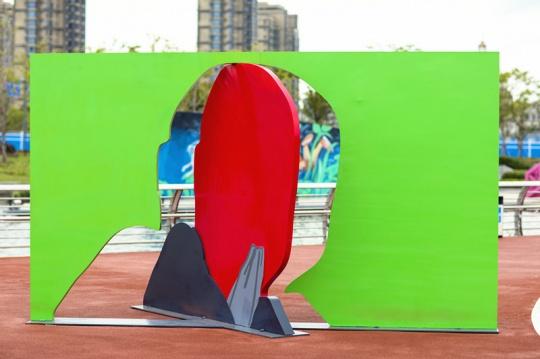 刘毅《孩子》H254×427×247.3cm 钢,油漆2020