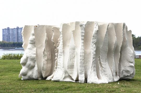 欧阳苏龙《聚会》3D 雕刻高密度泡沫,树脂,真石漆 H90×160×130cm 2021