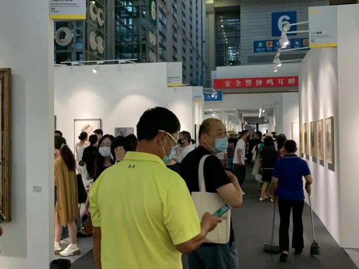 收藏家杨滨、艺术品经纪人林松在艺术深圳现场