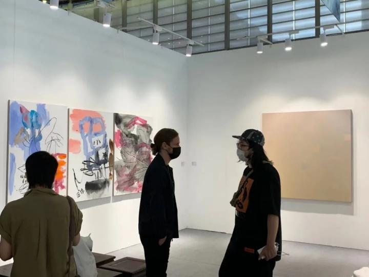 收藏家周艟(右),与麦勒画廊合伙人小麦在麦勒画廊展位现场