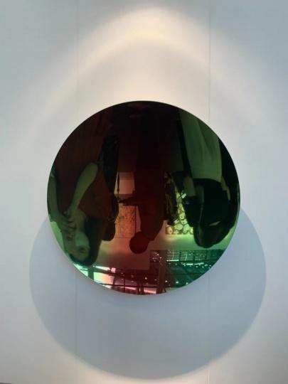 安尼施·卡普尔 《浅绿间红苹果混合之二》135×135×18cm 不锈钢涂漆 2018