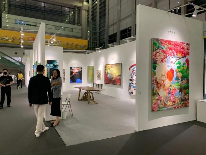 艾米李画廊展位现场,作品单价都在百万元内,有三四件正在洽谈