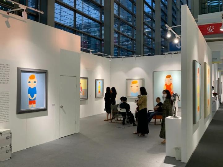 太和艺术空间展位现场,带来艺术及蔡万霖个展,首日有数件作品贴上了已售的小红点