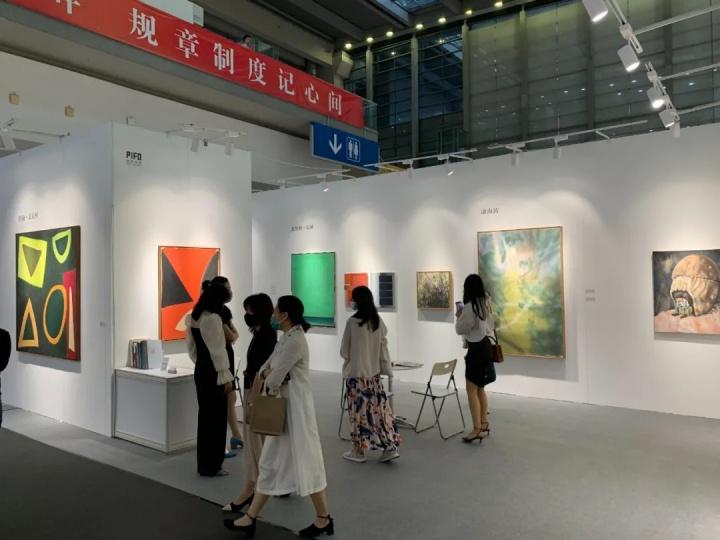 偏锋画廊展位现场,此次偏锋带来的作品单价都在百万元以内